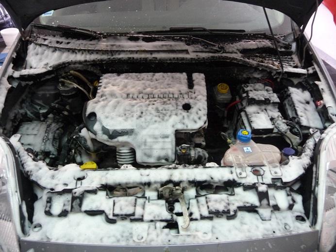 moteur avec mousse avant utilisation du nettoyant moteur STARC